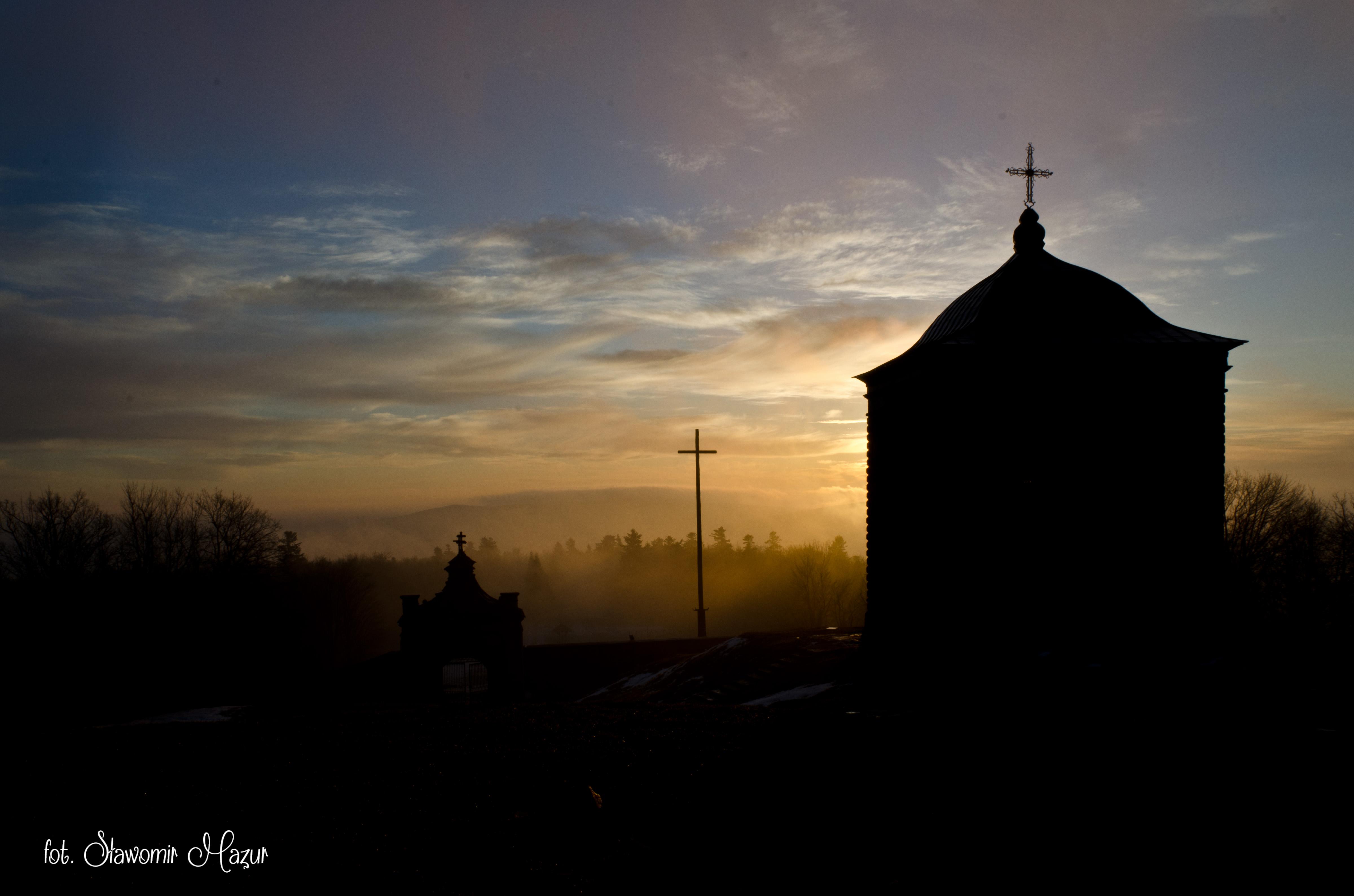 Święty Krzyż o wschodzie słońca