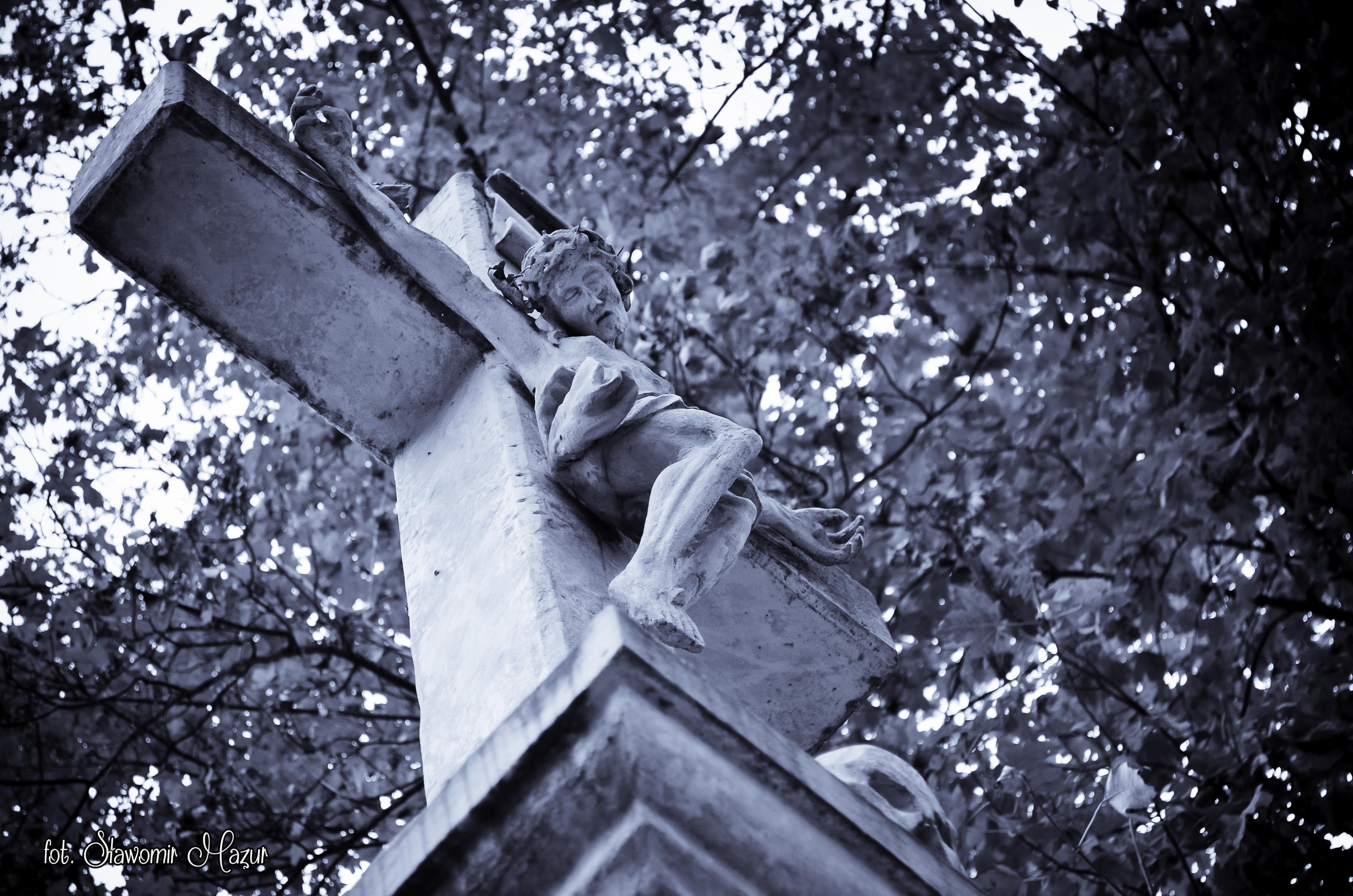 Krzyż na cmentarzu w Bodzentynie